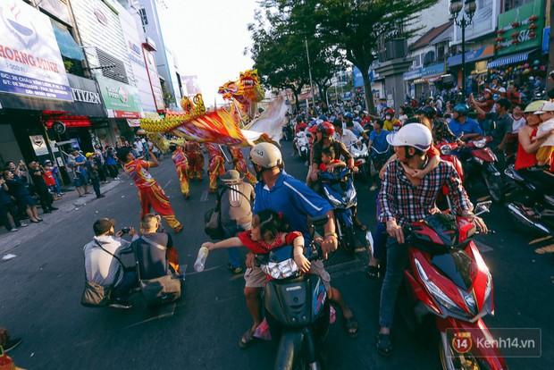 Thầy trò Đường Tăng xuống phố diễu hành trong ngày Tết Nguyên tiêu của người Hoa ở Sài Gòn - Ảnh 4.