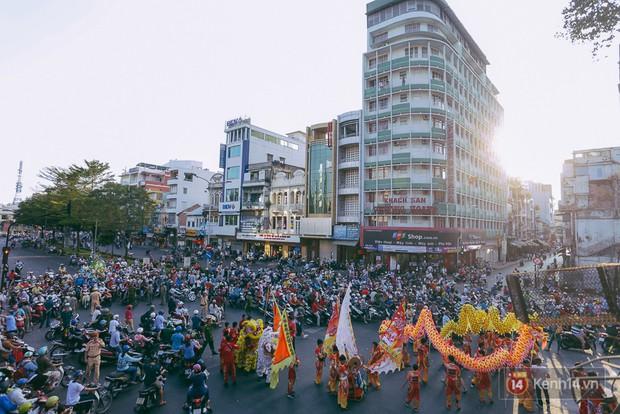 Thầy trò Đường Tăng xuống phố diễu hành trong ngày Tết Nguyên tiêu của người Hoa ở Sài Gòn - Ảnh 2.