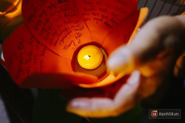 Hàng nghìn người chen nhau thả hoa đăng vào đêm rằm tháng Giêng trên sông Sài Gòn - Ảnh 3.