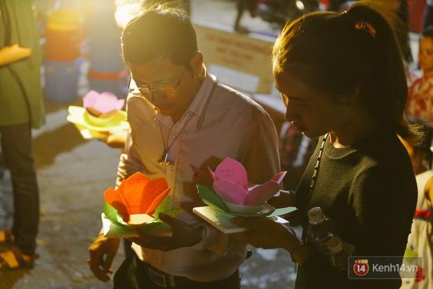 Hàng nghìn người chen nhau thả hoa đăng vào đêm rằm tháng Giêng trên sông Sài Gòn - Ảnh 4.