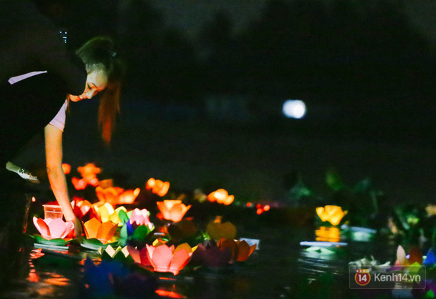 Hàng nghìn người chen nhau thả hoa đăng vào đêm rằm tháng Giêng trên sông Sài Gòn - Ảnh 10.