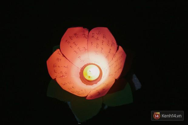 Hàng nghìn người chen nhau thả hoa đăng vào đêm rằm tháng Giêng trên sông Sài Gòn - Ảnh 12.