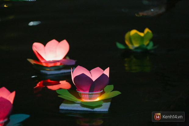 Hàng nghìn người chen nhau thả hoa đăng vào đêm rằm tháng Giêng trên sông Sài Gòn - Ảnh 11.