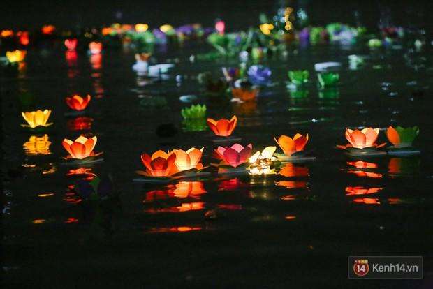 Hàng nghìn người chen nhau thả hoa đăng vào đêm rằm tháng Giêng trên sông Sài Gòn - Ảnh 9.