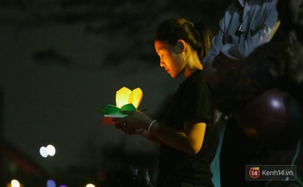 Hàng nghìn người chen nhau thả hoa đăng vào đêm rằm tháng Giêng trên sông Sài Gòn - Ảnh 6.