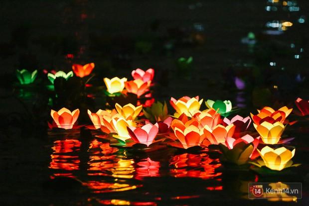Hàng nghìn người chen nhau thả hoa đăng vào đêm rằm tháng Giêng trên sông Sài Gòn - Ảnh 14.