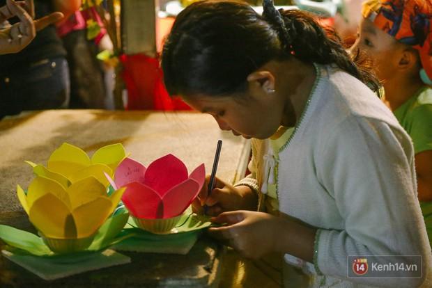 Hàng nghìn người chen nhau thả hoa đăng vào đêm rằm tháng Giêng trên sông Sài Gòn - Ảnh 2.