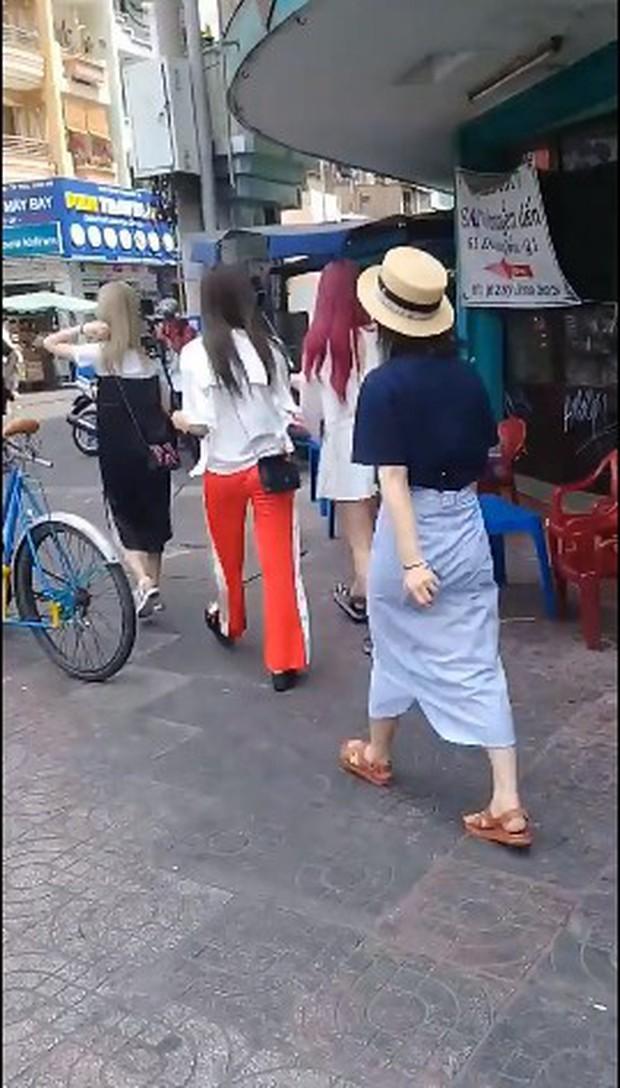 Bắt gặp EXID tại đường phố TP.HCM: Hani khoe chân dài miên man, Junghwa nổi bật với mái tóc khói ấn tượng - Ảnh 2.