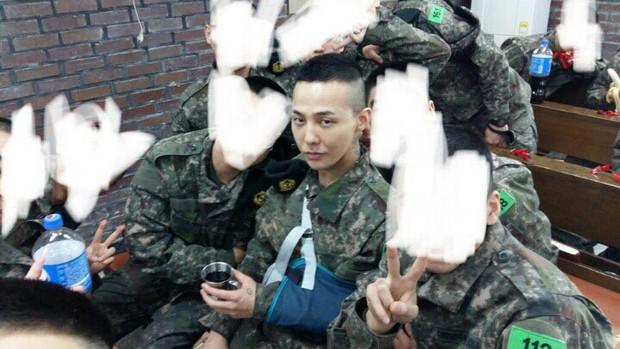 Lộ ảnh mái đầu cạo hiếm hoi của G-Dragon trong quân ngũ, nhưng sự chú ý đổ dồn vào cánh tay bị thương của anh - Ảnh 1.