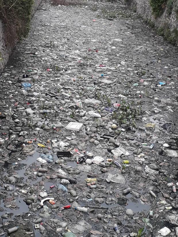 Giữa lòng Thủ đô xuất hiện hố rác lớn, nước đen đặc gây ô nhiễm nặng ảnh hưởng đến cuộc sống của hàng trăm hộ dân - Ảnh 3.