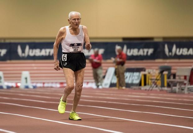 Cụ ông 100 tuổi xác lập kỷ lục trên đường chạy 60 mét - Ảnh 1.
