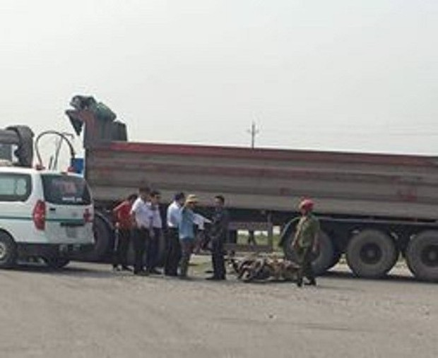 Thai phụ và con 3 tuổi chết thương tâm dưới gầm xe ben - Ảnh 1.