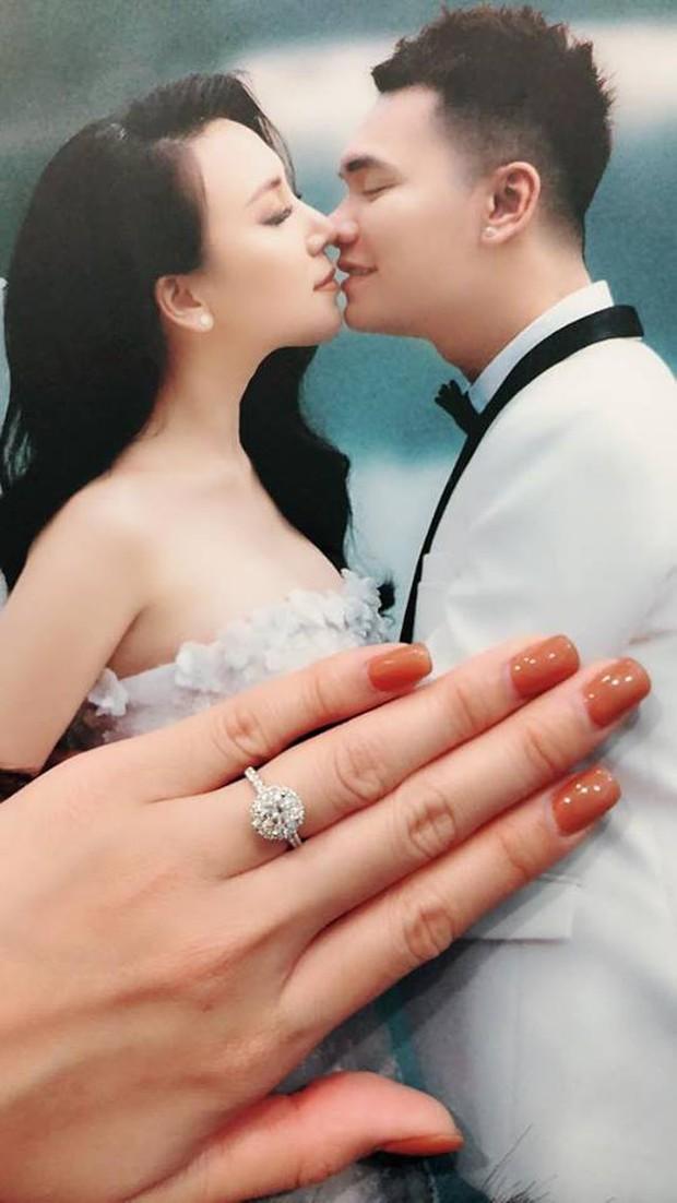 Trước ngày cưới, Khắc Việt tặng bà xã xinh đẹp nhẫn kim cương lấp lánh - Ảnh 1.
