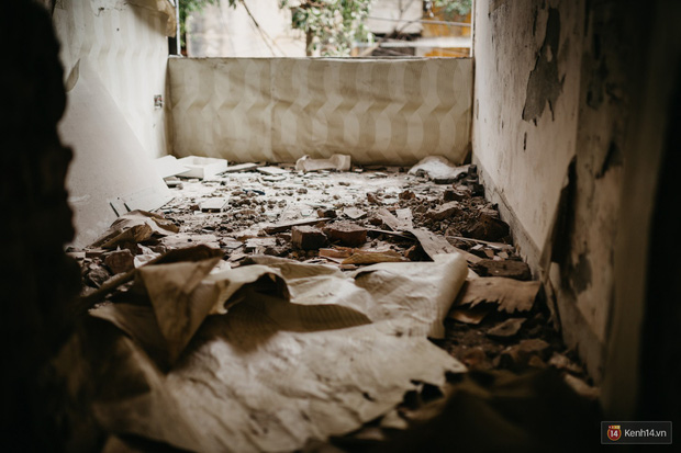 Bên trong khu tập thể đất vàng giữa Hà Nội: Hoang tàn lạnh lẽo, chứa đầy rác thải sau thời gian bị lãng quên - Ảnh 6.