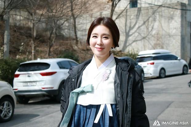 Hậu trường lễ cưới Sooyoung: Nữ diễn viên U50 của Reply còn nổi hơn cô dâu vì khoảnh khắc khóc đẹp xuất sắc - Ảnh 1.