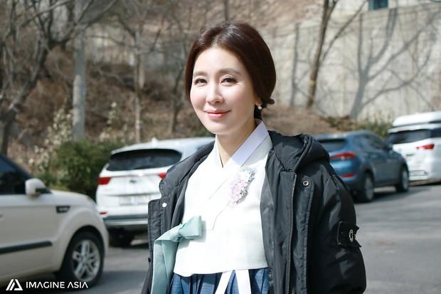 Hậu trường lễ cưới Sooyoung: Nữ diễn viên U50 của Reply còn nổi hơn cô dâu vì khoảnh khắc khóc đẹp xuất sắc - Ảnh 2.