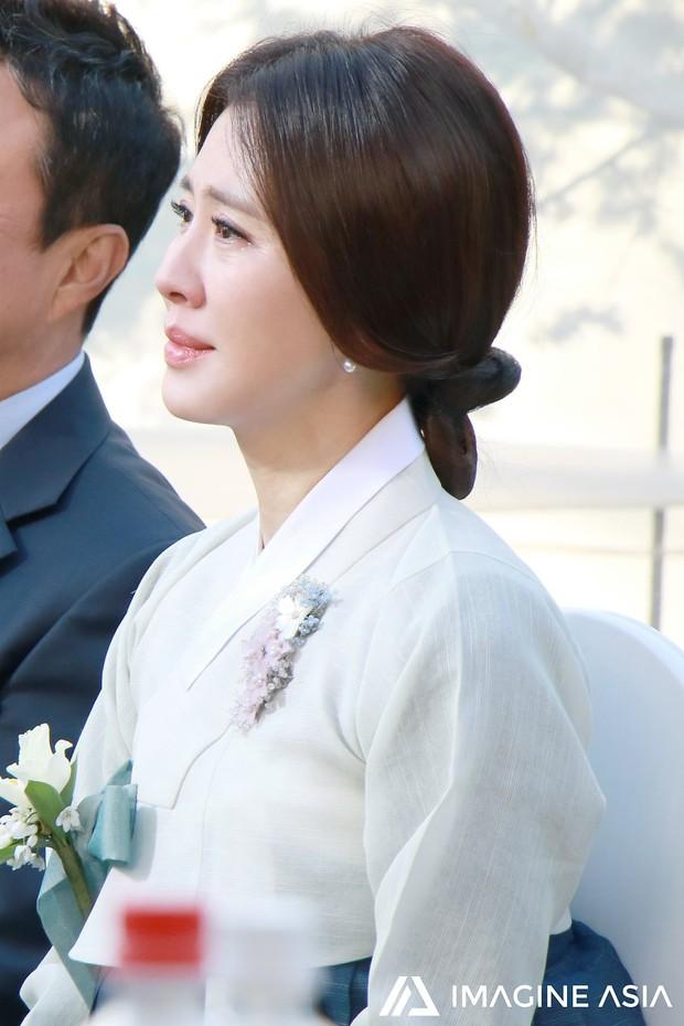 Hậu trường lễ cưới Sooyoung: Nữ diễn viên U50 của Reply còn nổi hơn cô dâu vì khoảnh khắc khóc đẹp xuất sắc - Ảnh 3.