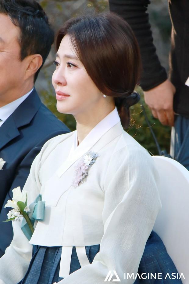 Hậu trường lễ cưới Sooyoung: Nữ diễn viên U50 của Reply còn nổi hơn cô dâu vì khoảnh khắc khóc đẹp xuất sắc - Ảnh 4.