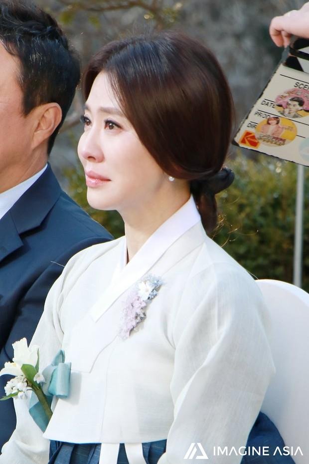 Hậu trường lễ cưới Sooyoung: Nữ diễn viên U50 của Reply còn nổi hơn cô dâu vì khoảnh khắc khóc đẹp xuất sắc - Ảnh 5.