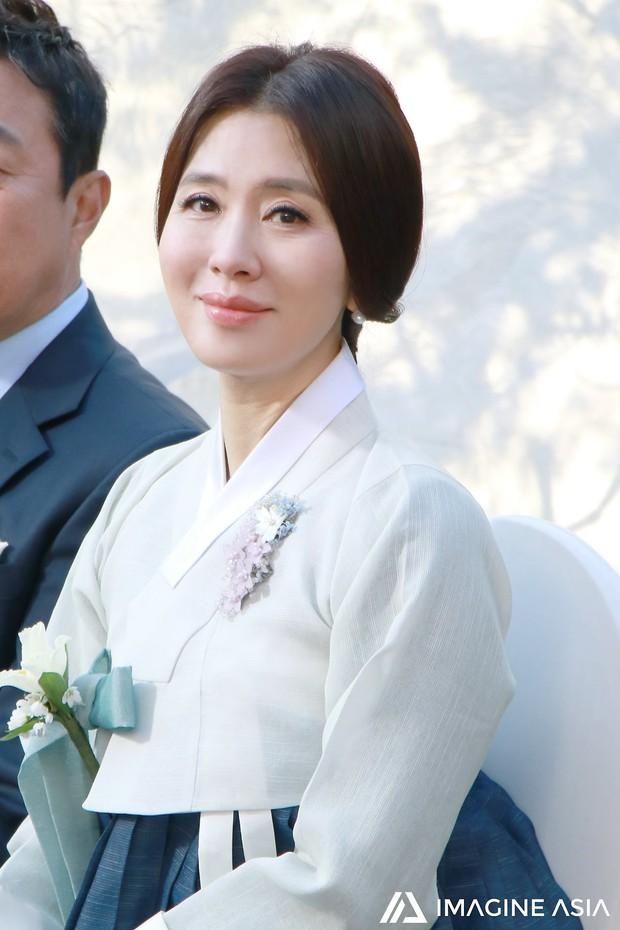 Hậu trường lễ cưới Sooyoung: Nữ diễn viên U50 của Reply còn nổi hơn cô dâu vì khoảnh khắc khóc đẹp xuất sắc - Ảnh 6.