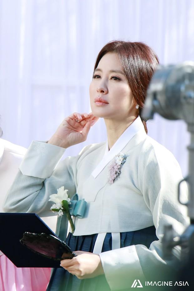 Hậu trường lễ cưới Sooyoung: Nữ diễn viên U50 của Reply còn nổi hơn cô dâu vì khoảnh khắc khóc đẹp xuất sắc - Ảnh 7.