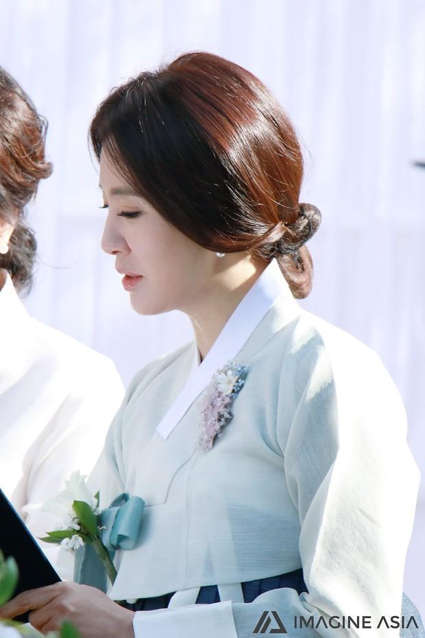 Hậu trường lễ cưới Sooyoung: Nữ diễn viên U50 của Reply còn nổi hơn cô dâu vì khoảnh khắc khóc đẹp xuất sắc - Ảnh 8.