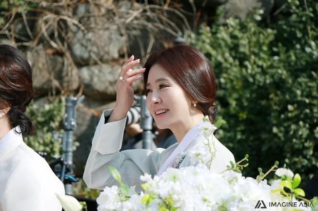 Hậu trường lễ cưới Sooyoung: Nữ diễn viên U50 của Reply còn nổi hơn cô dâu vì khoảnh khắc khóc đẹp xuất sắc - Ảnh 12.