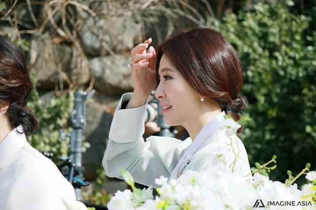 Hậu trường lễ cưới Sooyoung: Nữ diễn viên U50 của Reply còn nổi hơn cô dâu vì khoảnh khắc khóc đẹp xuất sắc - Ảnh 13.