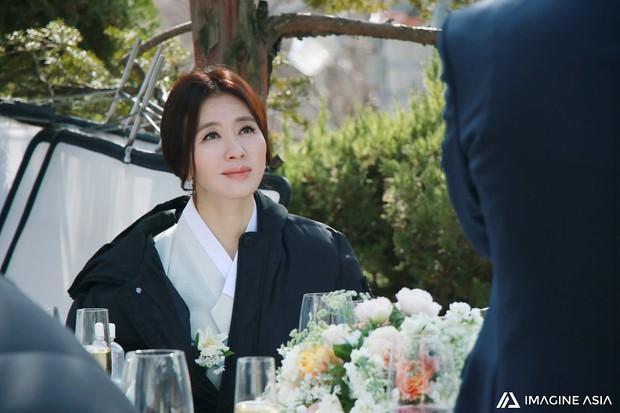 Hậu trường lễ cưới Sooyoung: Nữ diễn viên U50 của Reply còn nổi hơn cô dâu vì khoảnh khắc khóc đẹp xuất sắc - Ảnh 9.
