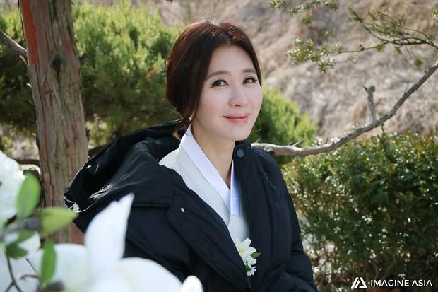 Hậu trường lễ cưới Sooyoung: Nữ diễn viên U50 của Reply còn nổi hơn cô dâu vì khoảnh khắc khóc đẹp xuất sắc - Ảnh 10.
