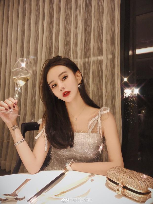 Những màn thiên nga hóa vịt xấu xí chỉ bởi vì quên mở ứng dụng làm đẹp của các hot girl Trung Quốc - Ảnh 1.