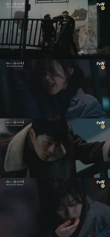 Khán giả Hàn đồng loạt thả phẫn nộ vì cảnh IU bị bạo hành ngay tập mở màn phim mới - Ảnh 2.