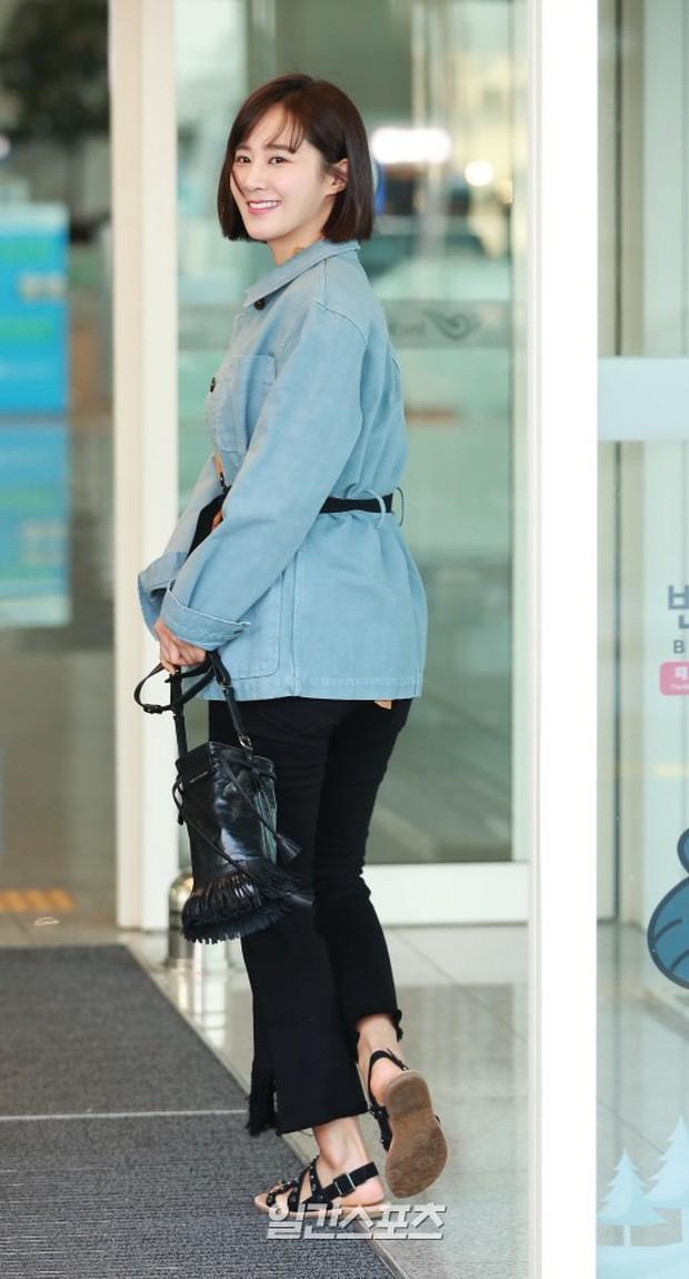 Nhìn Yuri (SNSD) tuột dốc nhan sắc tại sân bay mới thấy rõ, đúng là cái răng cái tóc là góc con người - Ảnh 9.