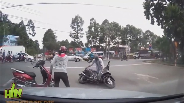 Nữ ninja có tâm đeo biển cảnh báo đang tập chạy, tay lái yếu sau lưng khiến cánh tài xế ấm lòng - Ảnh 6.