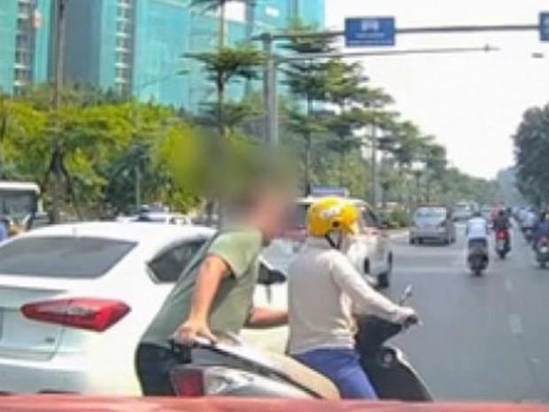Nữ ninja có tâm đeo biển cảnh báo đang tập chạy, tay lái yếu sau lưng khiến cánh tài xế ấm lòng - Ảnh 3.