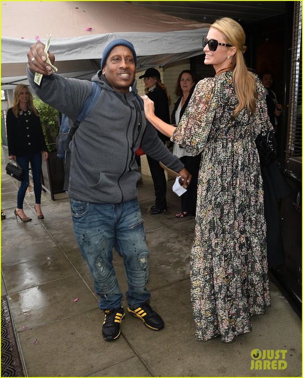 Hết quậy như xưa, Paris Hilton giờ thành cô tiên hào phóng đem tiền tặng người lạ - Ảnh 4.