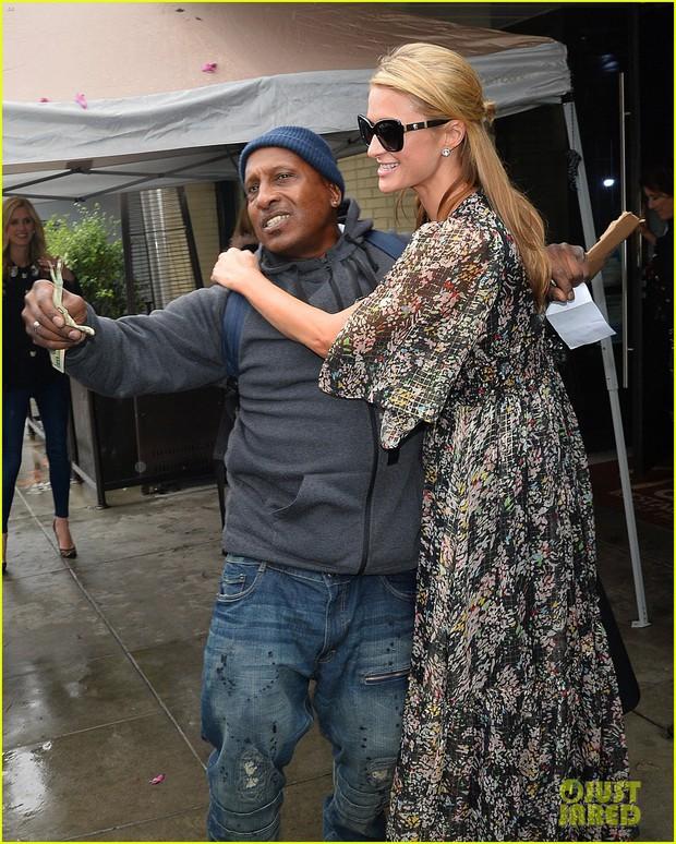 Hết quậy như xưa, Paris Hilton giờ thành cô tiên hào phóng đem tiền tặng người lạ - Ảnh 2.
