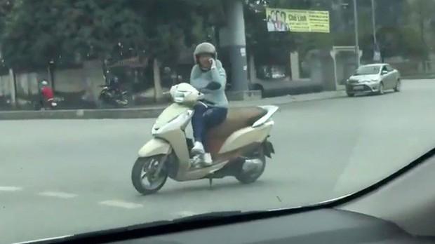 Nữ ninja có tâm đeo biển cảnh báo đang tập chạy, tay lái yếu sau lưng khiến cánh tài xế ấm lòng - Ảnh 4.