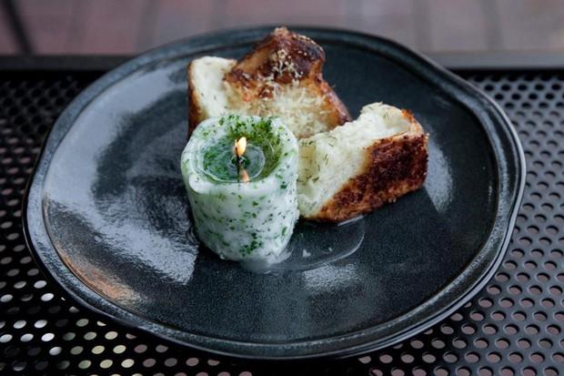 Tưởng là ngọn nến trên đĩa thức ăn, hóa ra lại là một phần thịt bò ăn cùng bánh mì - Ảnh 6.