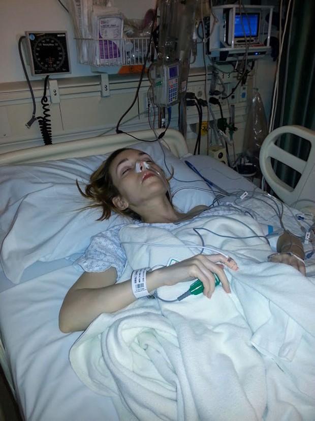 Cô gái trẻ mắc căn bệnh lạ suốt 35 năm chỉ vì thứ vi khuẩn nhà nào cũng có - Ảnh 2.
