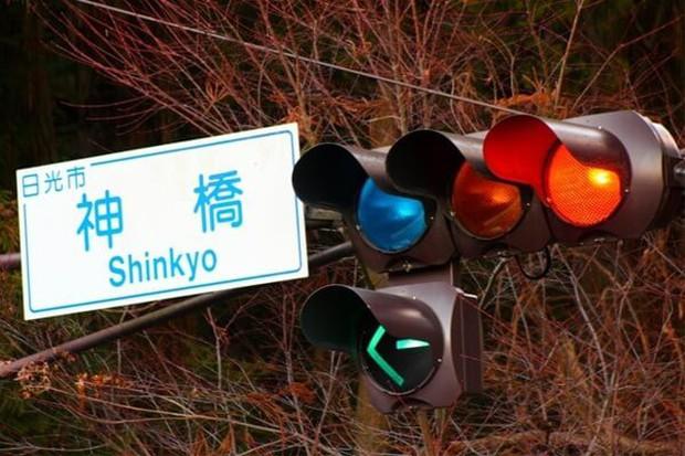 Xem về Nhật Bản suốt nhưng bạn có thắc mắc đèn giao thông ở Nhật có màu xanh lam thay vì màu xanh lục? - Ảnh 1.