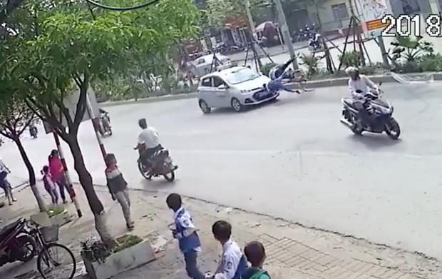 Hà Nội: Đạp xe sang đường không quan sát, hai ông cháu bị ô tô hất tung - Ảnh 2.