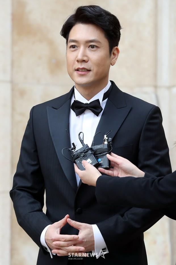 Hôn lễ tài tử phim Yongpal: Chú rể đẹp trai quá mức quy định, tình cũ màn ảnh Han Chae Young lộ chân gầy như sắp gãy - Ảnh 4.