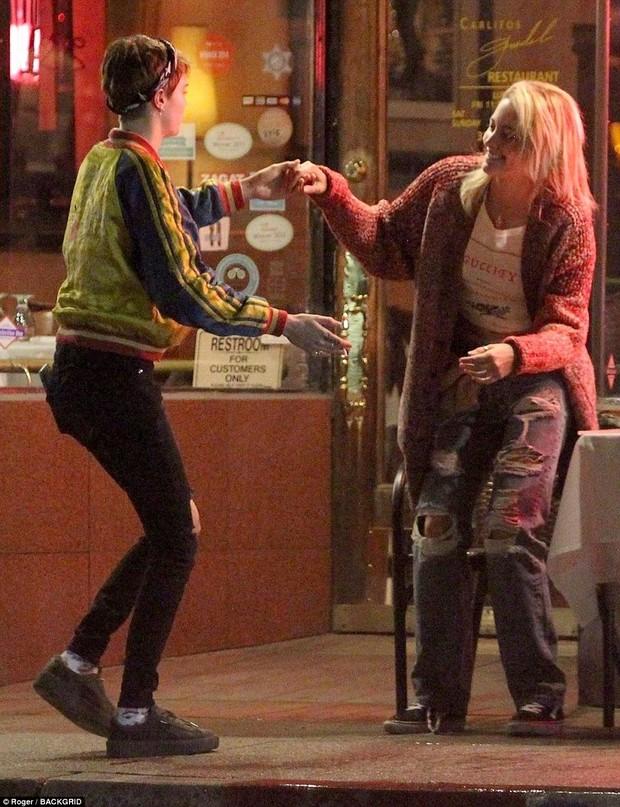 Con gái Michael Jackson xác nhận hẹn hò đồng giới với Cara Delevingne bằng nụ hôn môi đắm đuối - Ảnh 5.