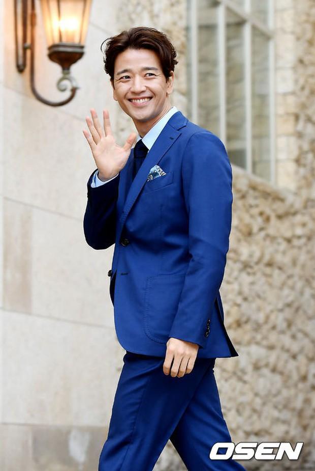 Hôn lễ tài tử phim Yongpal: Chú rể đẹp trai quá mức quy định, tình cũ màn ảnh Han Chae Young lộ chân gầy như sắp gãy - Ảnh 15.
