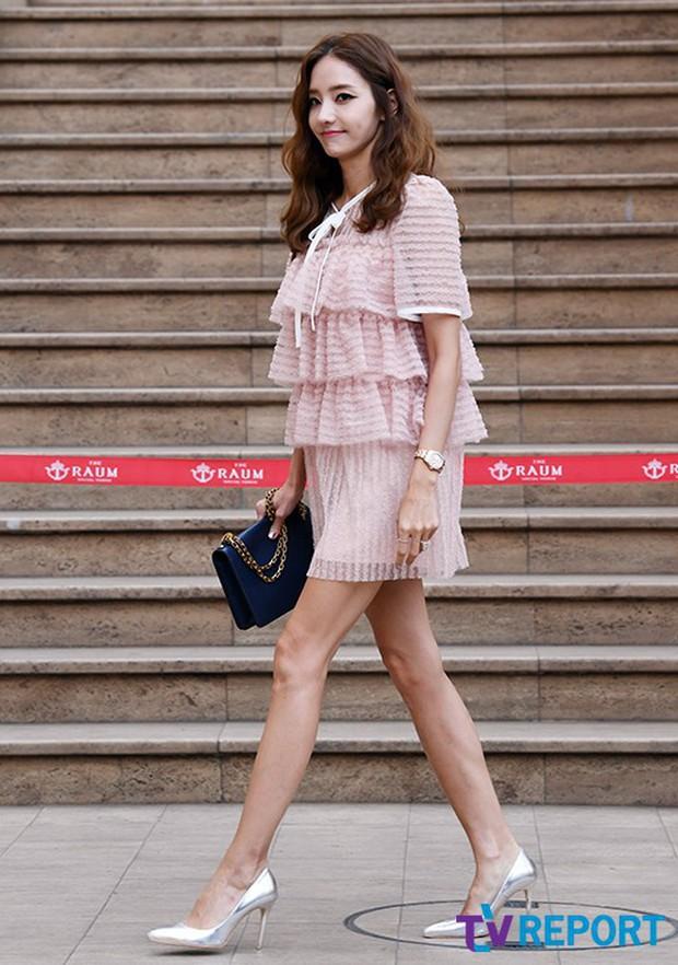 Hôn lễ tài tử phim Yongpal: Chú rể đẹp trai quá mức quy định, tình cũ màn ảnh Han Chae Young lộ chân gầy như sắp gãy - Ảnh 8.