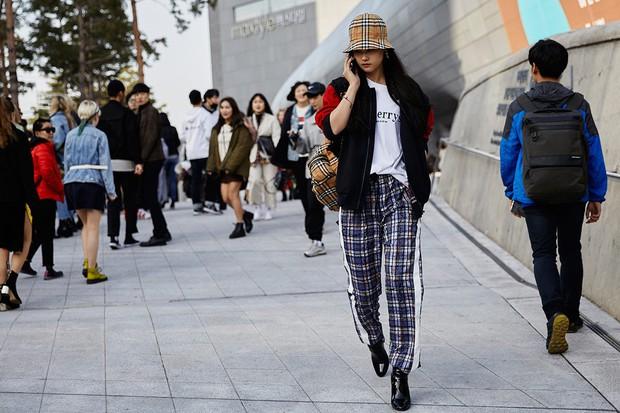 Giới trẻ Hàn Quốc luôn mặc đẹp nhưng chỉ tại Seoul Fashion Week, người ta mới có thể bắt gặp nhiều anh tài street style hội tụ đến thế - Ảnh 23.