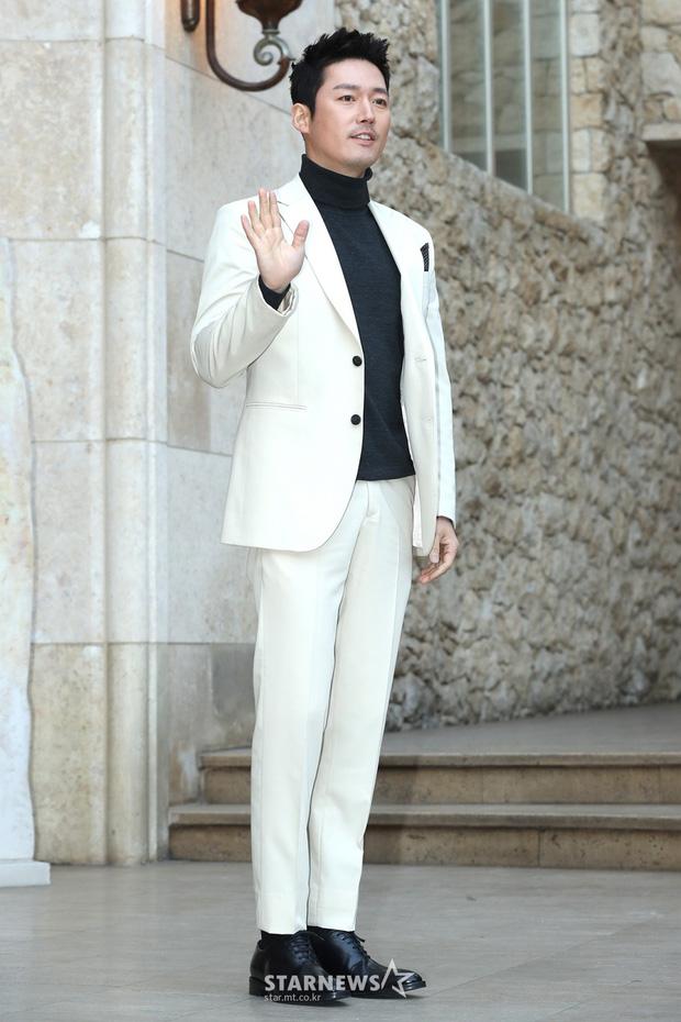 Hôn lễ tài tử phim Yongpal: Chú rể đẹp trai quá mức quy định, tình cũ màn ảnh Han Chae Young lộ chân gầy như sắp gãy - Ảnh 13.