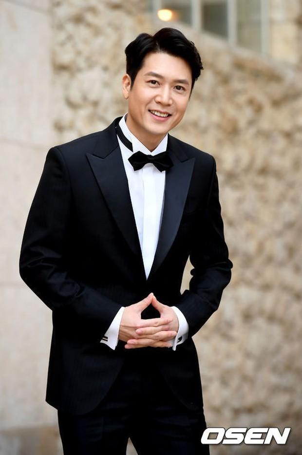 Hôn lễ tài tử phim Yongpal: Chú rể đẹp trai quá mức quy định, tình cũ màn ảnh Han Chae Young lộ chân gầy như sắp gãy - Ảnh 5.