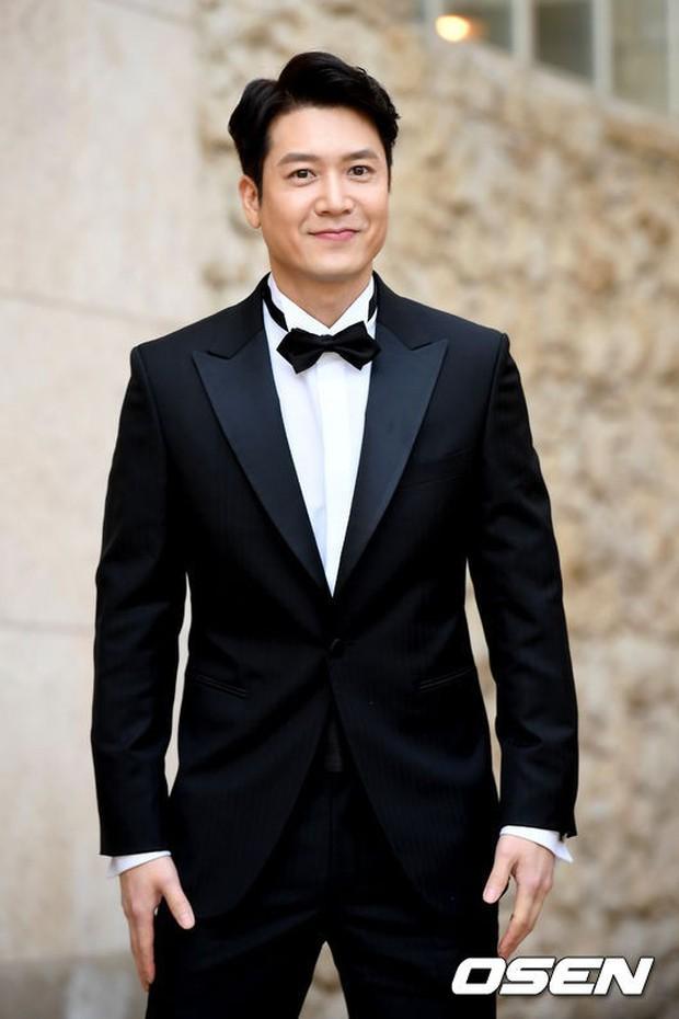 Hôn lễ tài tử phim Yongpal: Chú rể đẹp trai quá mức quy định, tình cũ màn ảnh Han Chae Young lộ chân gầy như sắp gãy - Ảnh 6.